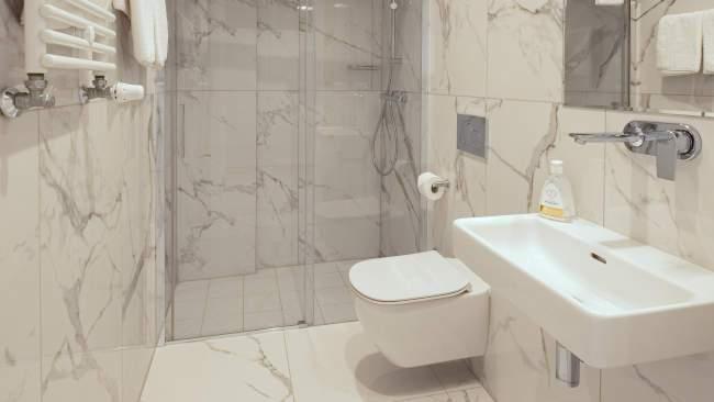 W Sercu Krakowa Aparthotel - łazienka z prysznicem