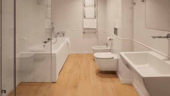 W Sercu Krakowa Aparthotel - łazienka z wanną i przysznicem